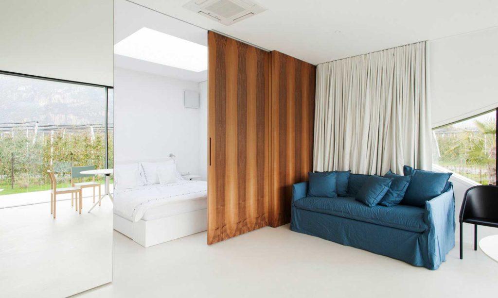 Αρχιτεκτονικές αντανακλάσεις MirrorHousesNorthbedroomandlivingroomview 1024x614