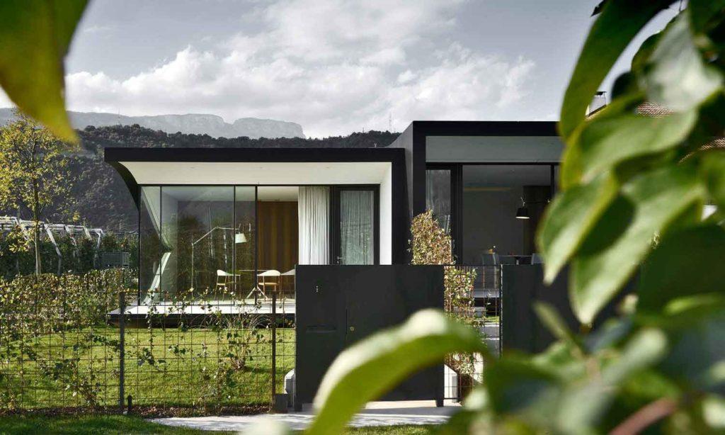Αρχιτεκτονικές αντανακλάσεις MirrorHousesfrontdayappletrees 1024x614